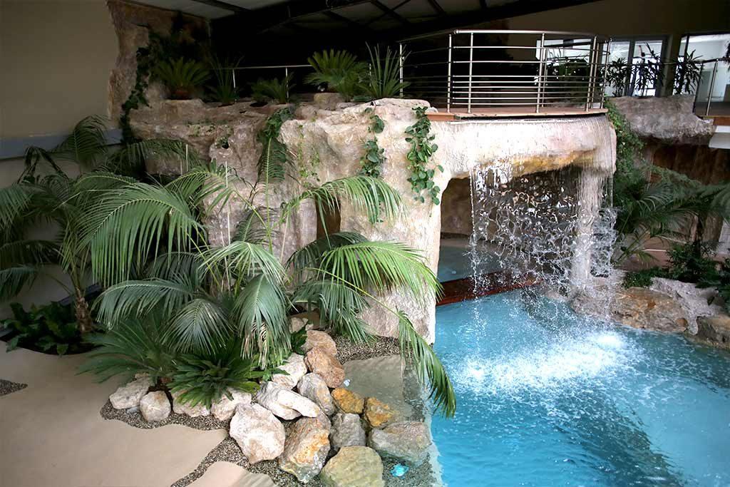 Hallenpool mit Wasserfall