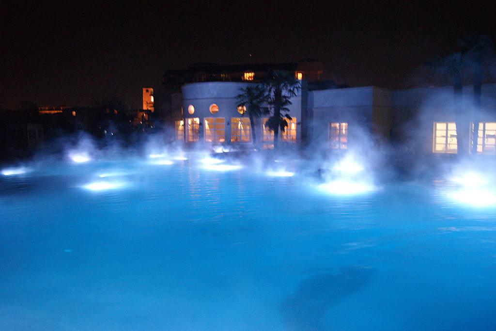 Pool Beleuchtung und Dampf bei Nacht