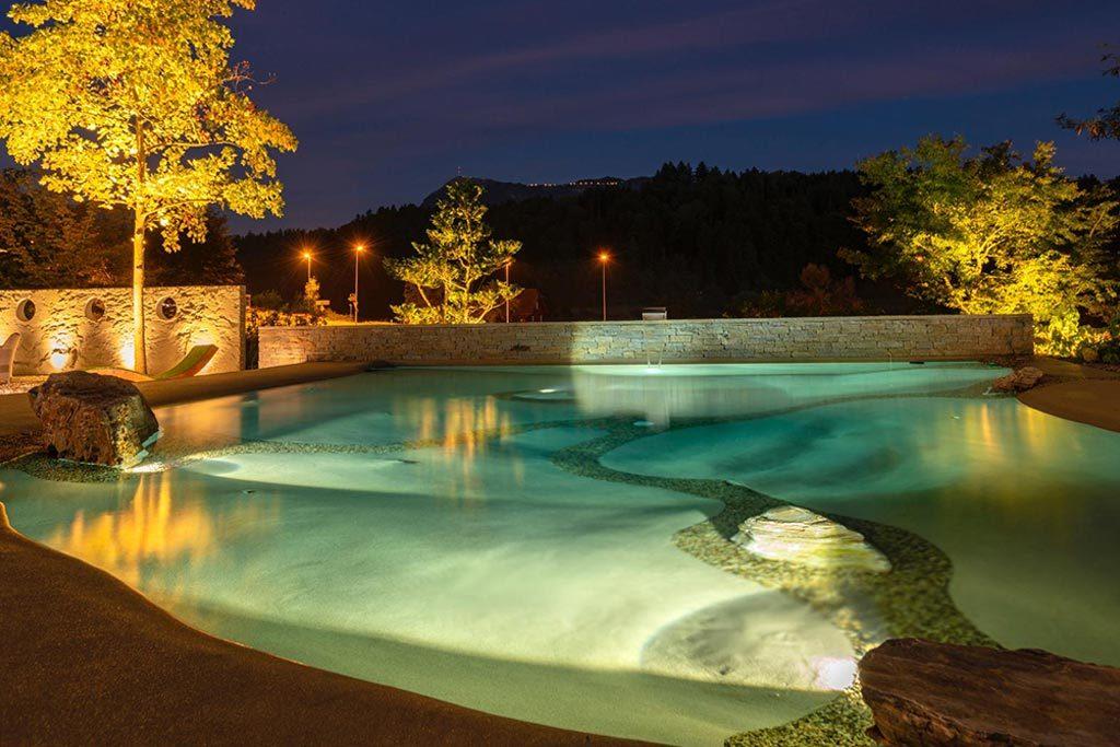 Design Pool bei Nacht mit Beleuchtung