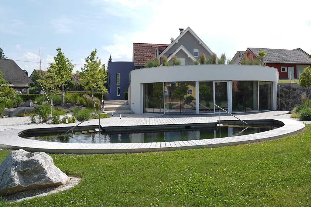 Naturpool passend zum Wohngebäude