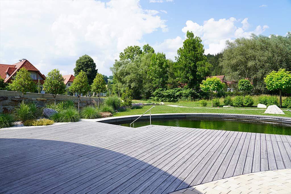 Terrasse vor der Pool Anlage