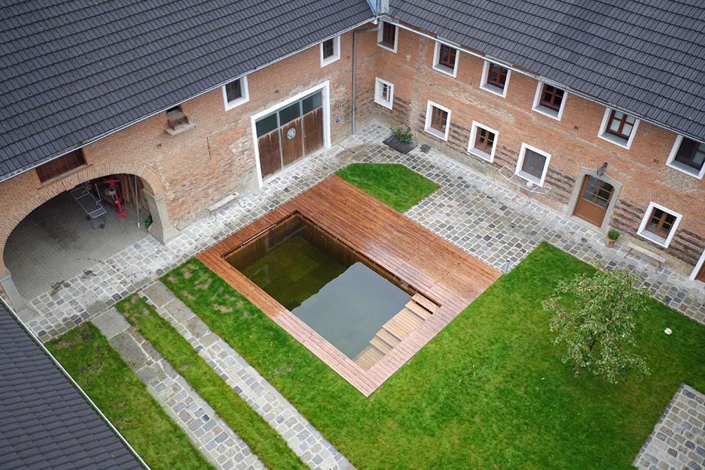 Luftaufnahme eines kleinen Pools