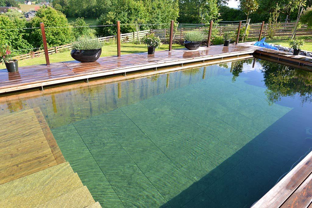 Großzügig angelegter Pool mit Steinboden