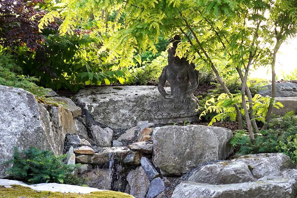 Steinfigur zum Wasserspiel als Dekoration