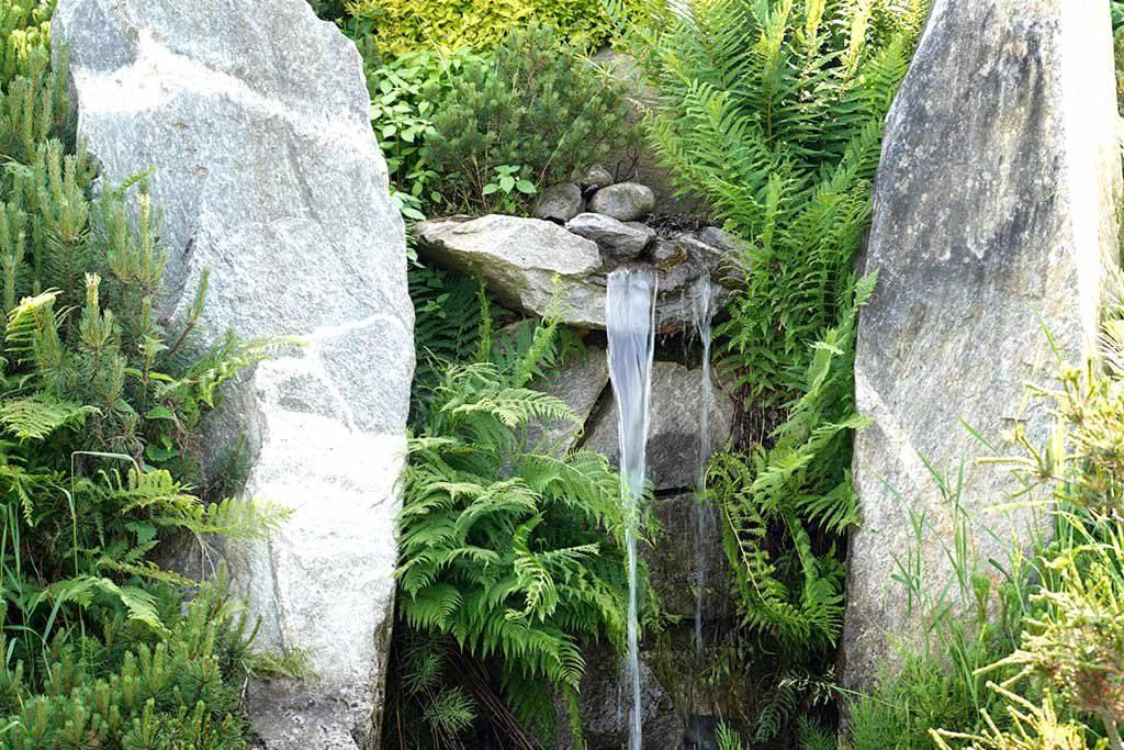 Wasserspiel mit kleinem Wasserfall