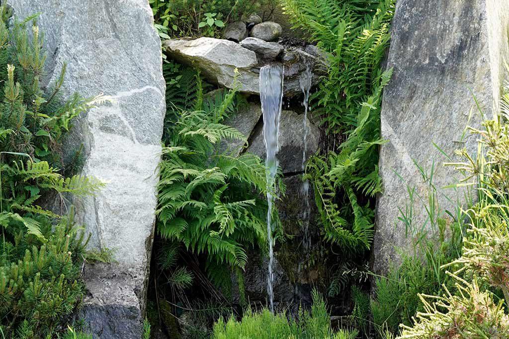 Wasserfall zwischen Steinen
