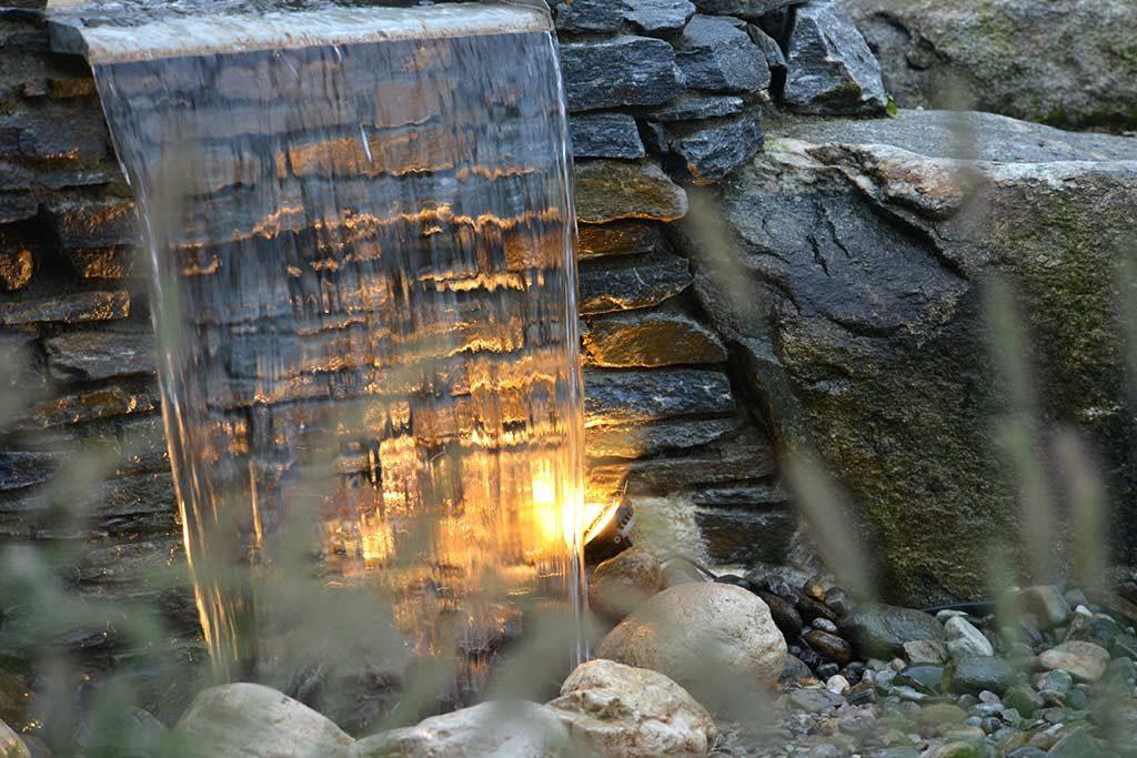 Wasserfall mit Beleuchtung