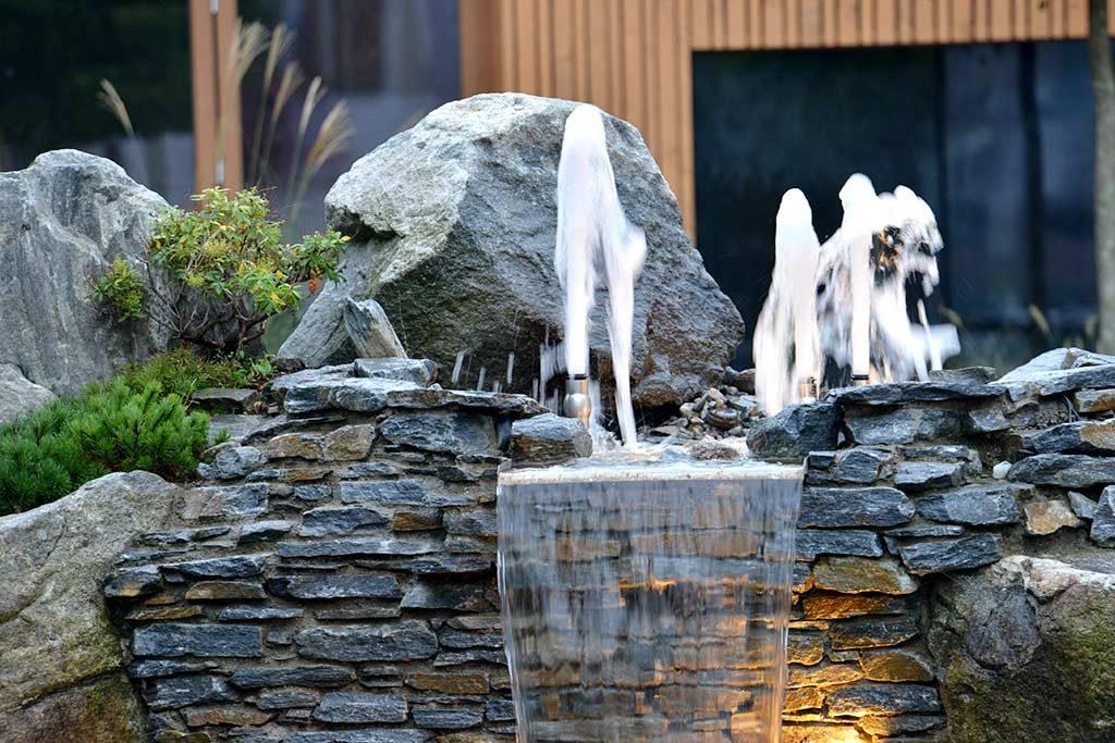 Ablauf der Springbrunnen als Wasserfall
